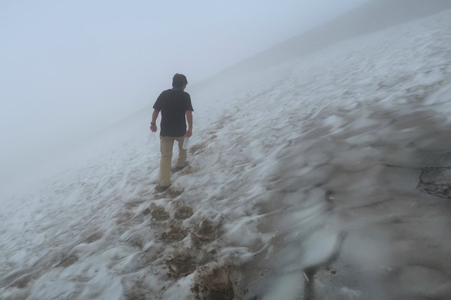 御西小屋の水場で一番危ない雪渓のトラバースルート