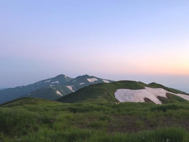 夜明けを迎える烏帽子岳・梅花皮岳景色