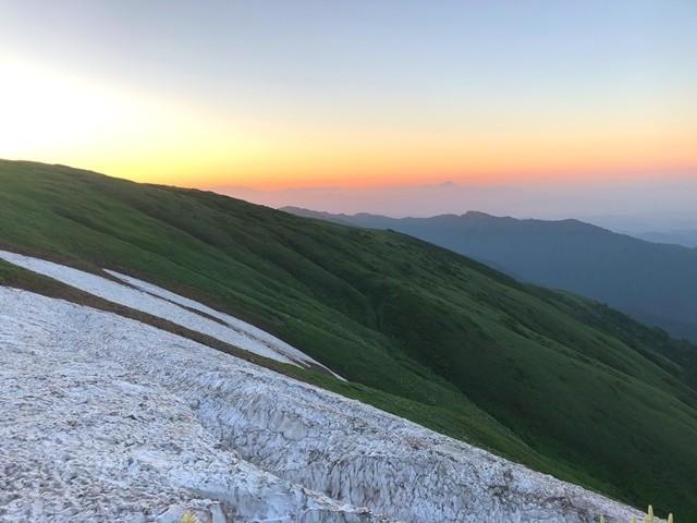 飯豊山の山頂方面から日の出