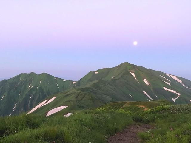 御西小屋のテント場から見た飯豊連峰最高峰の大日岳