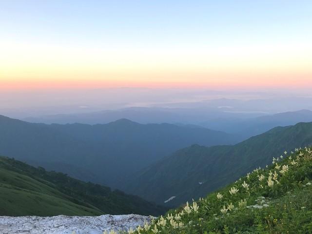 飯豊山縦走は360度の大展望とお花、雪渓の景色が広がる