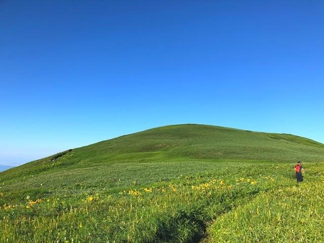 飯豊山縦走路の草原地帯