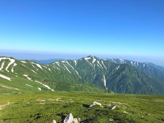 振り返っての烏帽子岳・梅花皮岳方面景色