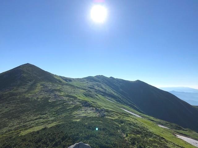 駒形山の手前から見る飯豊山の山頂