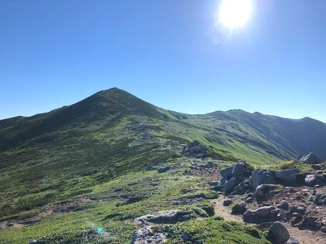 駒形山から見る飯豊山山頂の景色