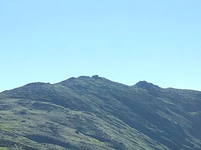 駒形山から見る飯豊山の本山小屋
