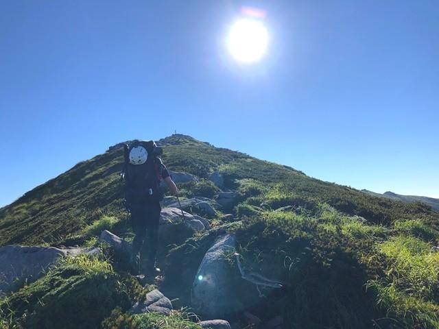 飯豊山山頂直下の登山道の様子