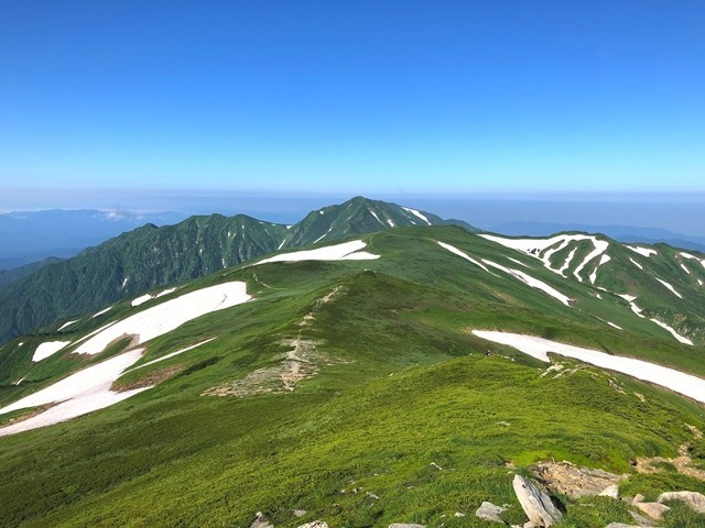 飯豊山縦走登山中の飯豊連峰の景色