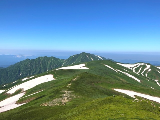 飯豊山の山頂から見る飯豊連峰