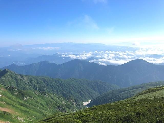 飯豊本山小屋縦走路から朝日連峰景色