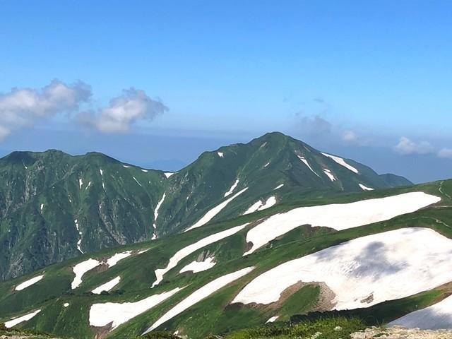 本山小屋のテント場からの飯豊連峰の景色