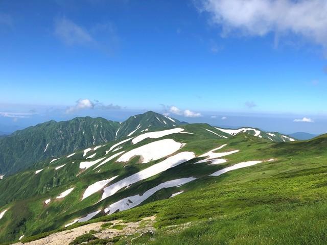 山小屋から飯豊連峰の景色