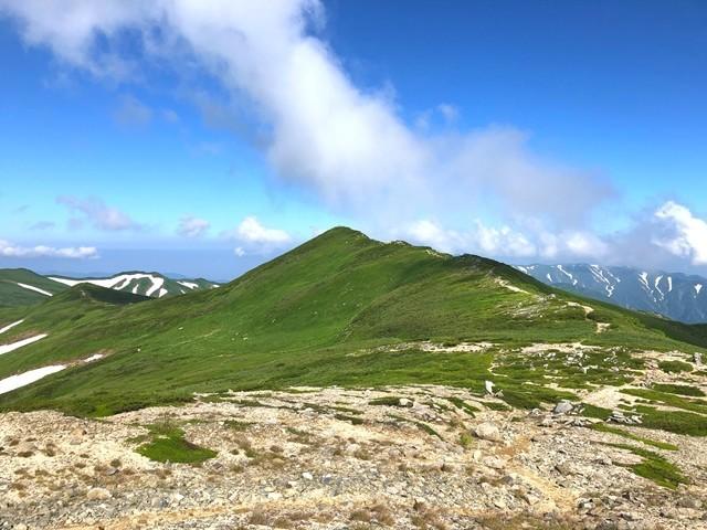 本山小屋から見る飯豊山山頂