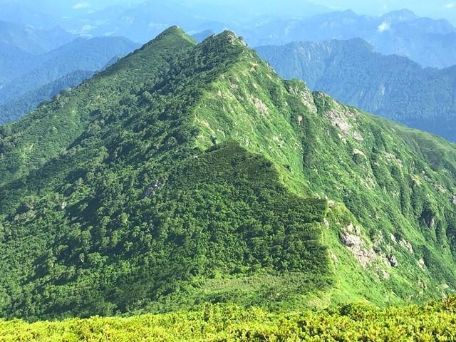 双耳峰のような宝珠山景色と縦走路