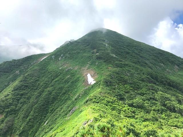宝珠山の鞍部から見る御前坂方面の景色