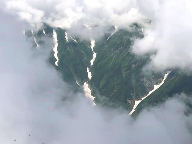 宝珠山の山頂から見る飯豊山の雪渓