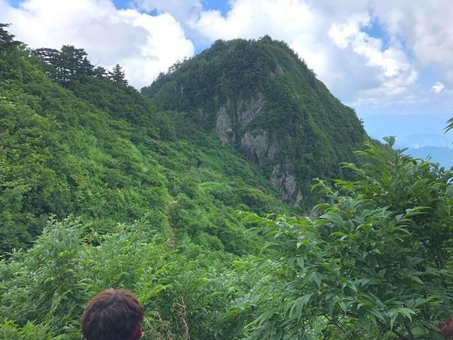 千本峰と登山者の後頭部