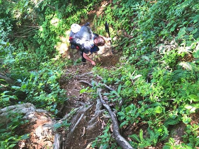千本峰の直下の急坂登山道と滑落注意箇所