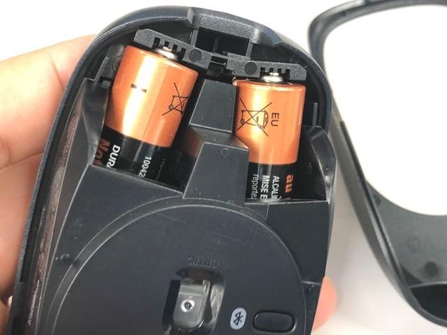 マウスに単三電池をセットした状態