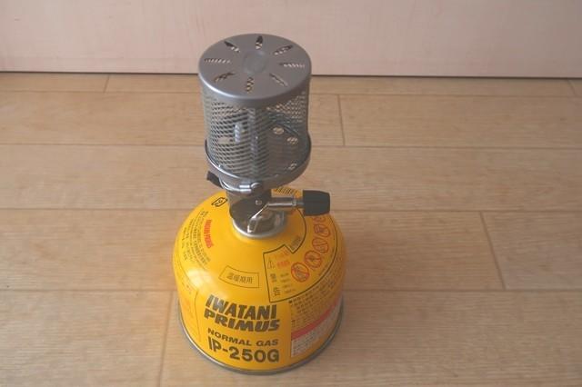 プリムスガスランタンP-541にガス缶(IP-250)にセットした状態のサイズ感