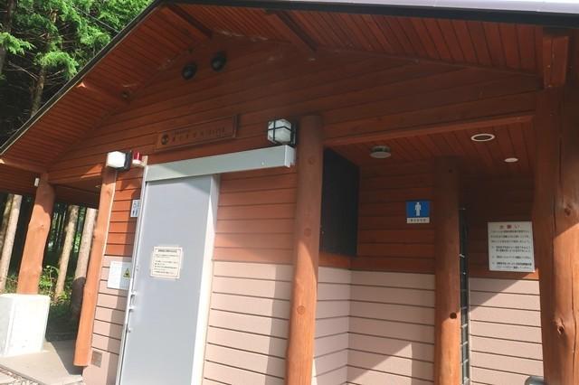 毛無山登山口の近くにある公衆トイレ