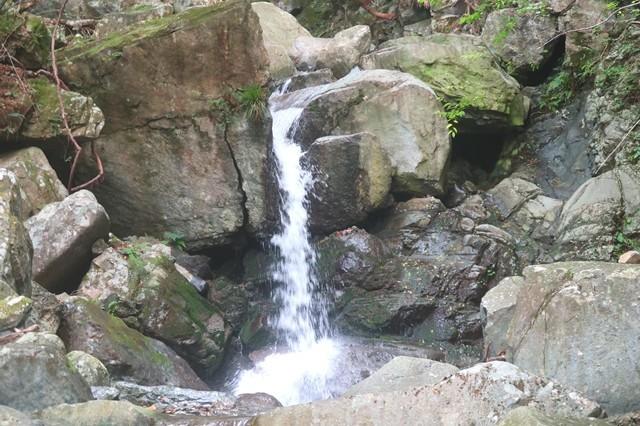 地蔵峠へのルートの滝