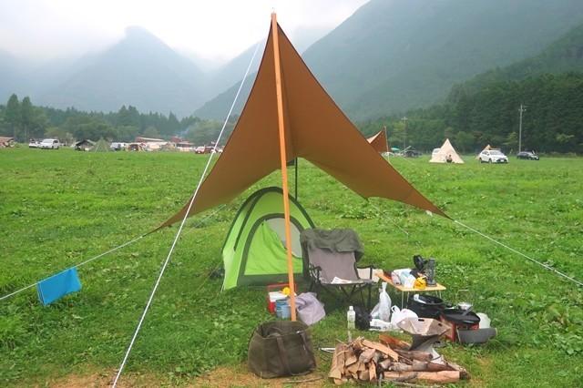 ふもとっぱらキャンプ場でテント・タープ設営の様子