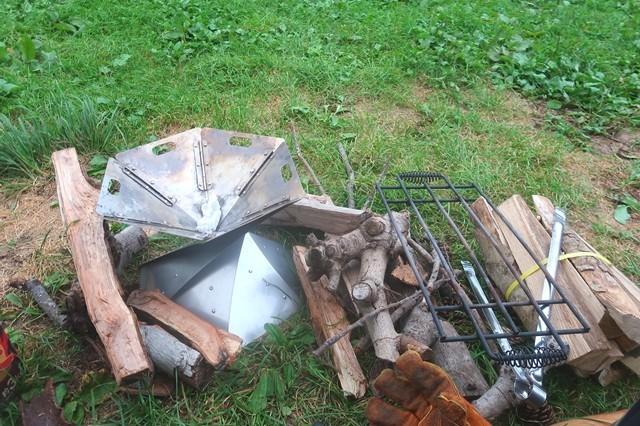 キャンプで焚火準備