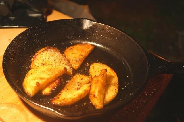 キャンプ料理でジャガイモ皮むきの様子