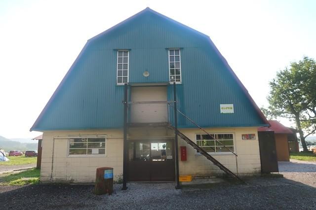 キャンプ場内の建物も売店