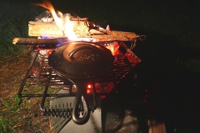 スキレットカバーを使って調理開始