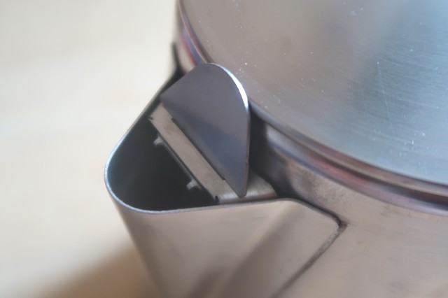 テンマクデザインステンレスケトル2Lは注ぐと自動で蓋が開く仕組み