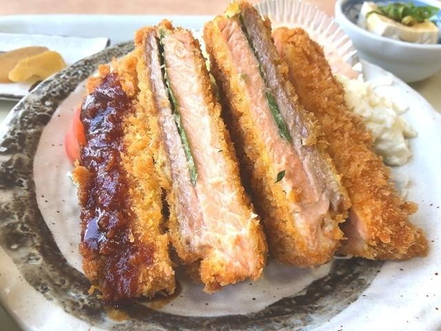 肉厚でボリュームがあるサーモンフライ定食
