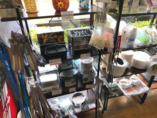 田貫湖キャンプ場の売店紙皿、トング、スキレット、メスティン、飯盒、焚き火台、ガス缶など販売