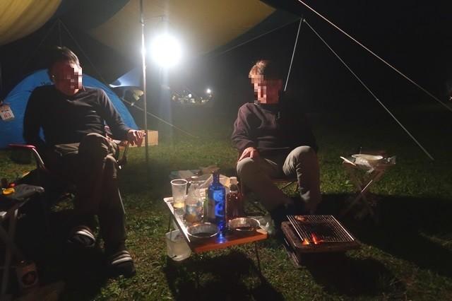 キャンプでトーク中のキャンパーn