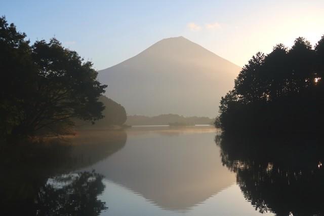 美しい田貫湖越しの富士山