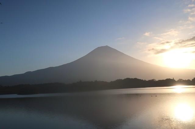 田貫湖キャンプ場からの富士山と日の出の景色