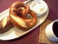 何故かドイツパンを食べる流れになってる。