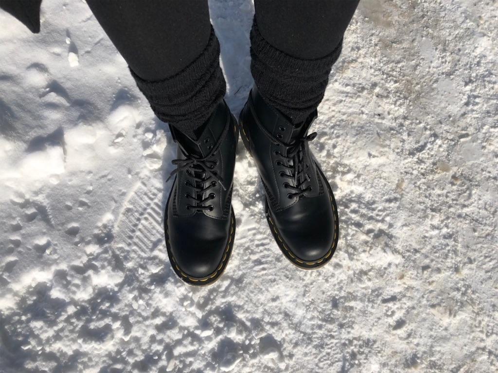 冬の雪道でドクターマーチンを履く
