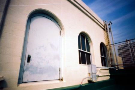 白壁の機械室