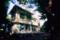 木漏れ日と白い洋館