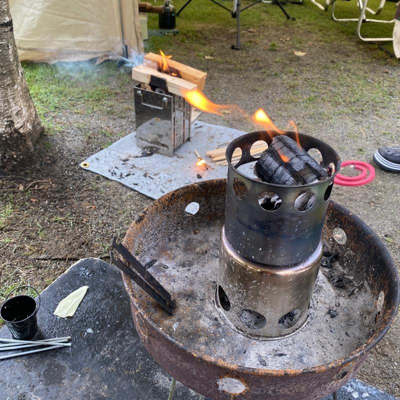 ウッドストーブに炭をおこします。まずは餃子を焼く準備