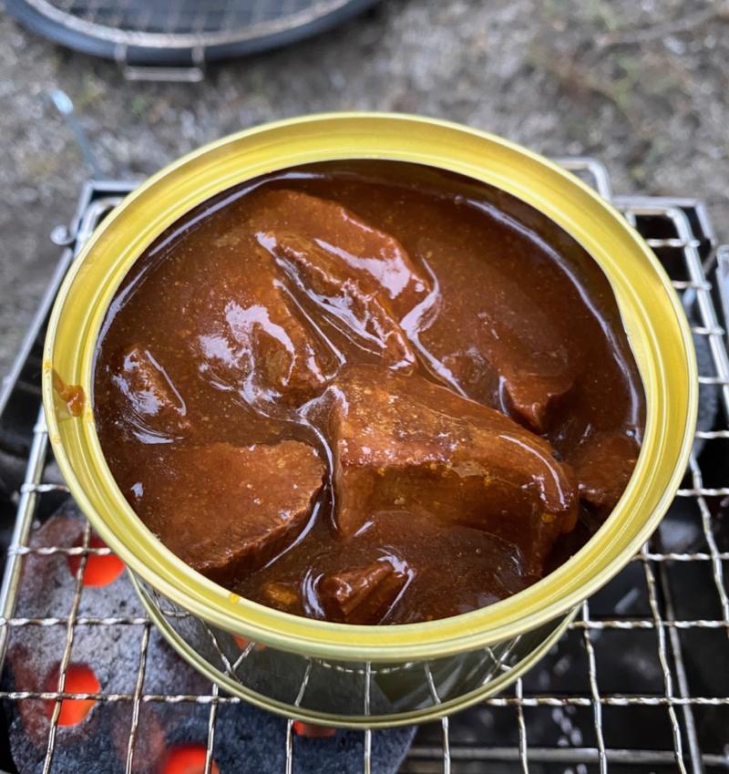 キャンプで缶詰料理を食べます