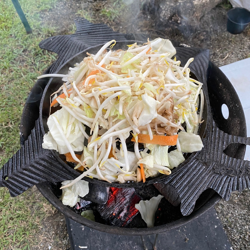 ジンギスカン鍋 まず野菜から