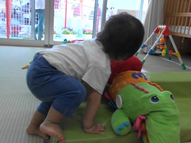 ある子育て支援センターで遊ぶ次男