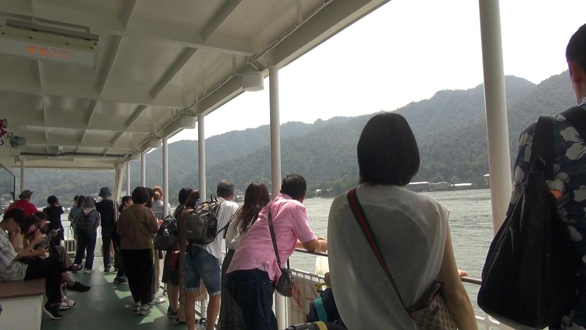 景色を眺める人々