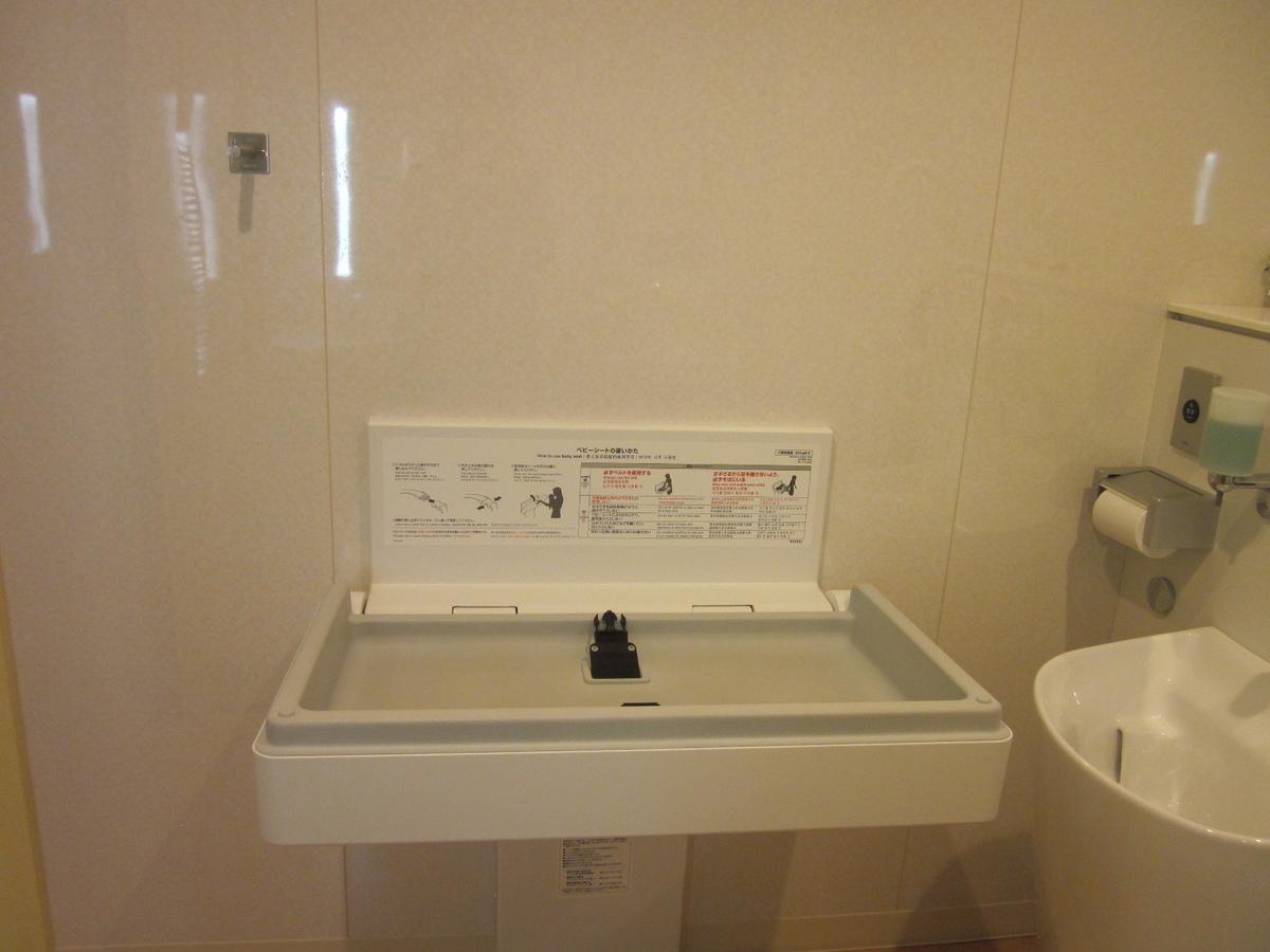 1階多目的トイレのおむつ交換台
