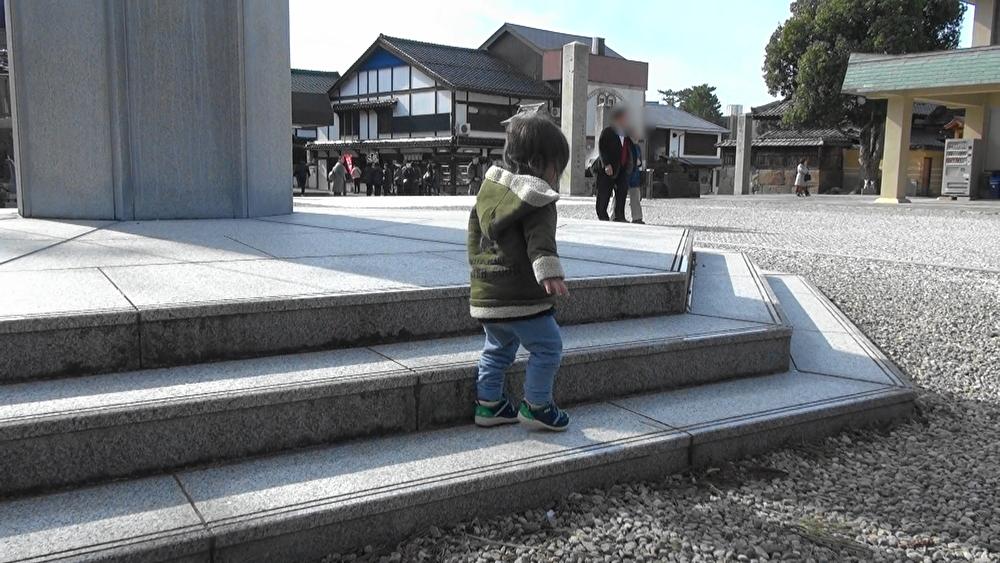 神楽殿前の広場であるく次男坊