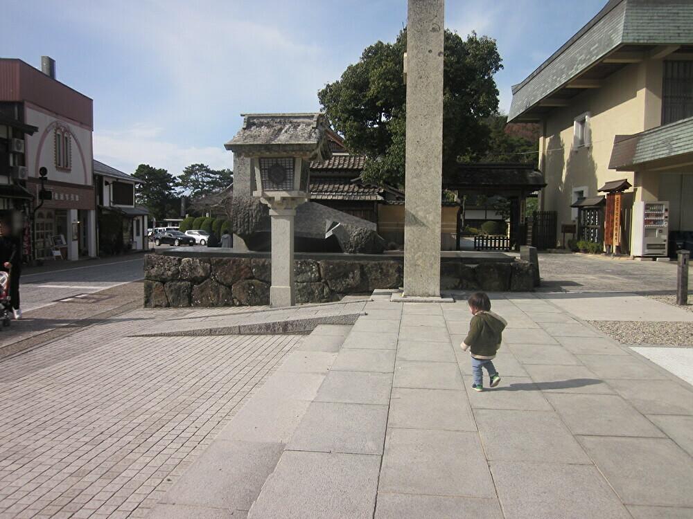 神楽殿前の広場のスロープ