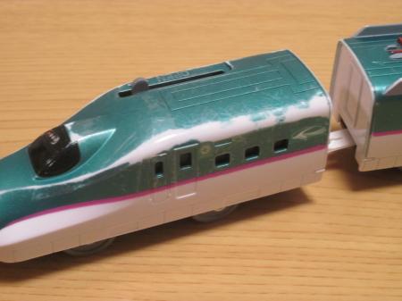 塗料の剥がれたプラレールE5系先頭車両